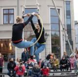 """""""Zgubowisko"""" z akrobatyką i żonglerką. Sztukmistrze wystąpili w bydgoskim amfiteatrze"""