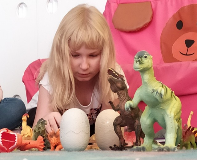 """Dzień Dinozaura w przedszkolu Magical World w Jędrzejowie. """"Pracowite pszczółki"""" i """"Motylki"""" poznały prehistoryczne kręgowce."""