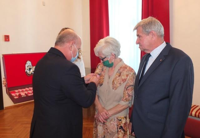 Dwadzieścia trzy pary małżeńskie z Brodnicy i gminy Brodnica w czwartek, 9 września z rąk burmistrza Brodnicy odebrały medale nadane przez prezydenta Rzeczypospolitej Polskiej