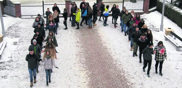 """Na mrozie i śniegu, ale z młodzieńczą fantazją maturzyści """"mechanika"""" tańczyli poloneza na dziedzińcu przed szkołą."""