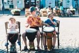 Wakacje w Lublińcu - bębny na rynku, gimnastyka w parku, sensoplastyka dla dzieci