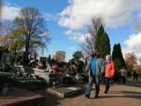 Rawicz. Dziś (3 listopada 2020) bramy cmentarza są otwarte. Czy ich zamknięcie na Święto Zmarłych spowodowało, że dziś są tłumy? [ZDJĘCIA]