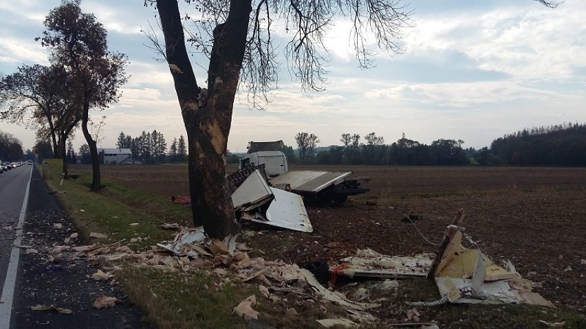 Wypadek w Okocimiu: ciężarówka wioząca ziemniaki uderzyła w busa [ZDJĘCIA]