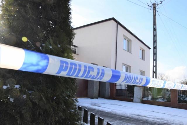 Chłopcy w wieku 3 i 5 lat z miejscowości Turzany (w gminie Inowrocław) ponieśli śmierć na skutek zadanych ran kłutych - tak najogólniej wynika z sekcji zwłok, jaka została przeprowadzona w sobotę (6 lutego 2021 r.). Zabezpieczono nóż, którym najprawdopodobniej zostały zabite dzieci. Matka chłopców przebywa w szpitalu, stan zdrowia kobiety nie pozwala na jej przesłuchanie.  Szczegóły na kolejnych stronach ---->