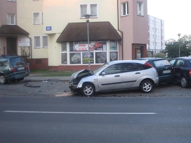 Przed godzina 5 rano doszło do kolizji w Ustce. Młody mężczyzna swoim autem uderzył w cztery zaparkowane.