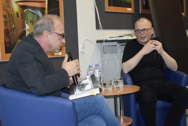"""We wtorek, 21 maja, w Miejskiej Bibliotece Publicznej w Skierniewicach odbyło się spotkanie z poetą, prozaikiem i scenarzystą ze Skierniewic Darkiem Foksem oraz poetą, eseistą i krytykiem literackim Jerzym Jarniewiczem. Spotkanie było okazją do promocji ostatniej książki Foksa """"Cafe Spitfire"""". Było również okazją do rozmowy o buncie, dywersji i kontrkulturze."""