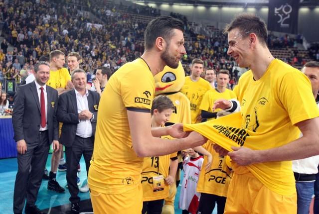 Michał Winiarski (z lewej) w kwietniu 2017 roku zakończył karierę sportową w PGE Skrze Bełchatów. Mariusz Wlazły do niedawna tam jeszcze grał