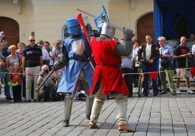 Pokazy walk rycerzy i średniowiecznych wojów były największą atrakcją trwającego na Starym Rynku V Jarmarku Franciszkańskiego