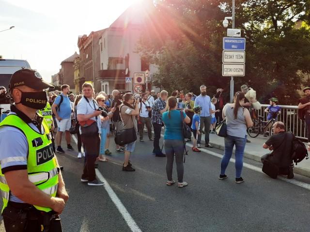 Cichy protest w Cieszynie zgromadził wielu mieszkańców Cieszyna i Czeskiego Cieszyna.  - Potrzebujemy być razem - mówili. Przesuwaj za pomocą gestu lub strzałki, by zobaczyć kolejne zdjęcie