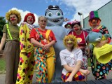 """Dzień Dziecka w Sieradzu 2021. Wolontariusze Fundacji """"Dr Clown"""" pamiętali o święcie. Pojawili się pod oknami sieradzkiego szpitala ZDJĘCIA"""