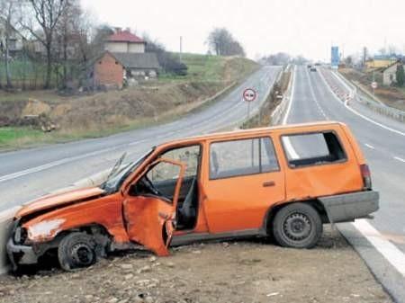 W sobotę na nowym odcinku drogi w Pogórzu kierująca oplem kadettem wymusiła pierwszeństwo i wjechała pod seicento. Fot. Wojciech Trzcionka