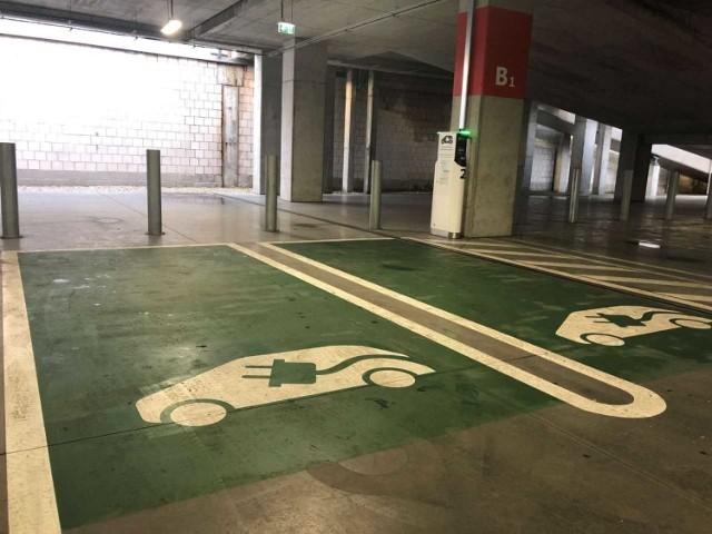 Stacje ładowania pojazdów elektrycznych na parkingu sklepu Ikea w Katowicach