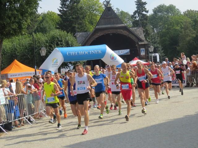 Każdego roku ciechociński półmaraton gromadzi setki biegaczy z całej Polski. Tak wyglądał start do ubiegłorocznego biegu