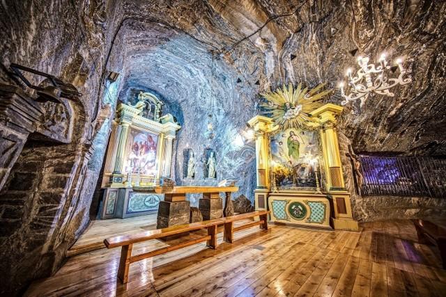 Kaplica św. Kingi w Kopalni Soli Bochnia; pod ołtarzem są podstawy z soli, które podtrzymywały stół ofiarny podczas mszy kanonizacyjnej w Starym Sączu w 1999 roku