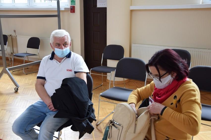 Hanryk Sadlak z żoną w poczekalni.