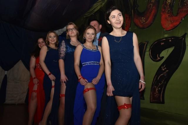 Maturalna klasa z LO im. Armii Krajowej w Brańsku liczy 8 uczniów. Ale tak niska frekwencja wcale nie przeszkadzała w organizacji studniówki i zatańczeniu tradycyjnego poloneza. Zabawa była naprawdę przednia.