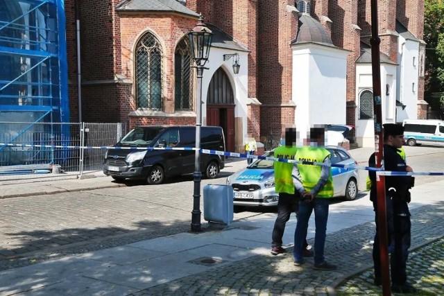 Było chwilę przed siódmą rano. Ksiądz wchodził właśnie do kościoła Najświętszej Maryi Panny na Piasku we Wrocławiu, gdzie miał odprawić poranną mszę. Nagle podbiegł do niego bezdomny. Zadał mu cios nożem w klatkę piersiową i uciekł. Ciężko ranny ksiądz trafił do szpitala. Nożownika po chwili zatrzymali przechodnie. Prokuratura zakończyła właśnie śledztwo w sprawie tych dramatycznych wydarzeń, do których doszło w czerwcu we Wrocławiu. 56-letniemu Zygmuntowi W. postawiono zarzut usiłowania zabójstwa. Grozi mu dożywocie.  Kim jest zaatakowany ksiądz? Jakie były motywy nożownika? Czytaj dalej na kolejnych slajdach - posługuj się klawiszami strzałek, myszką lub gestami