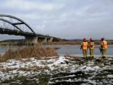Ćwiczenia chodzieskich strażaków na rzece Noteć