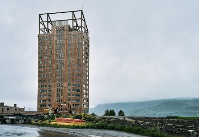 Mjøstårnet, 18-piętrowy drewniany wieżowiec o wysokości 85,4 m w norweskim Brumunndal.  Licencja