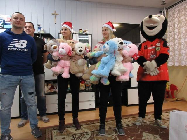 Podarowali prezenty dzieciom z Domu Dziecka w Wilkowie