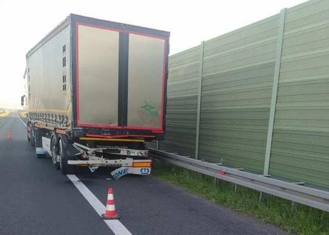 W wypadku zginęła pasażerka jadąca volkswagenem, który uderzył w tył ciężarówki.