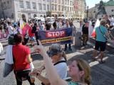 """Protest """"Stop segregacji sanitarnej"""" w Warszawie. Uczestnicy będą sprzeciwiać się przymusowym szczepieniom i dyskryminacji niezaszczepionych"""