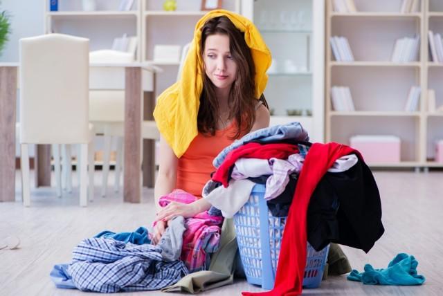 Pranie to codzienna czynność, która wbrew pozorom jest łatwa i przyjemna. Przecież większość za nas robi pralka, nam pozostaje wrzucenie brudnej odzieży do urządzenia, a później jej wyjęcie i rozwieszenie na suszarce. Zdarza się, że jednak popełniamy błędy, robiąc pranie. Co może skutkować awarią urządzenia, zniszczonymi ubraniami... a to wszystko przez swoje stare przyzwyczajenia lub zasłyszane mity dotyczące prania!