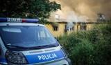 """Pożar na Pradze. Policjanci uratowali troje ludzi z płonącego budynku. """"Próbowali ogrzać się rozpalając ognisko"""""""
