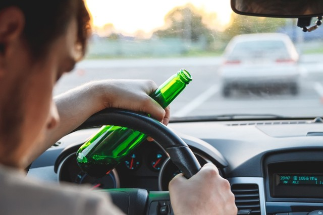 Kim jest statystyczny pijany kierowca? Ile ma lat, skąd jest i kiedy wsiada za kierownicę po alkoholu? Na podstawie policyjnych raportów stworzyliśmy jego portret.