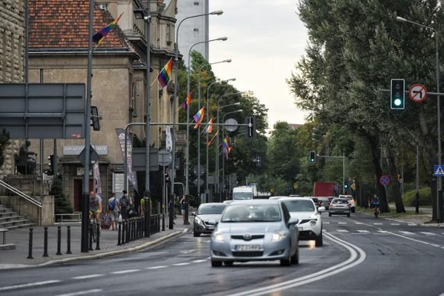 Tęczowe flagi zawisły również na ulicach w centrum Poznania