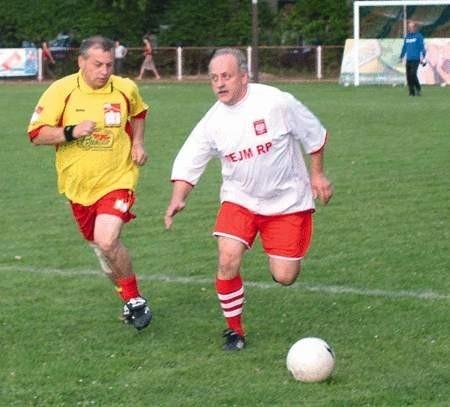Adam Brudny (z lewej) poluje na piłkę.   WOJCIECH TRZCIONKA