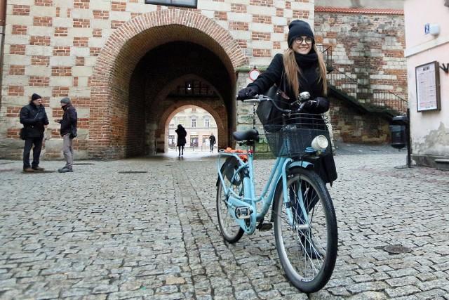 Aby być w zgodzie z przepisami, na Starym Mieście lepiej jest rower prowadzić. Wkrótce będzie można pojechać...