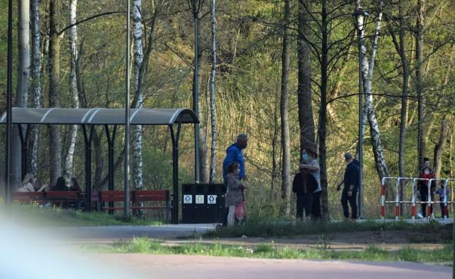 Coraz częściej można spotkać grupki młodych osób bez masek ochronnych (np. w parku rozrywki).