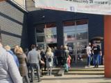 Ludzie wściekli! Wielkie kolejki do hal targowych w Łodzi! Dostosowano się do nowych ograniczeń w handlu... ale nie do końca. ZDJĘCIA