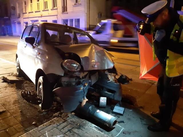 Policjanci wyjaśniają okoliczności śmiertelnego wypadku , do którego doszło 3 czerwca ok. godz. 00.15 w Łodzi na ul. Zgierskiej .  45-letni kierujący matizem zjechał z drogi uderzając przodem pojazdu w latarnię. W wyniku doznanych obrażeń poniósł śmierć. Dotychczasowe ustalenia  wskazują na to, że znajdował się pod wpływem alkoholu - podaje policja.  >>>