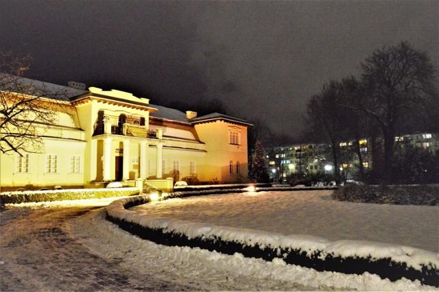 Zima 2021 w Bełchatowie. Śnieg w Bełchatowie, miasto w zimowy wieczór