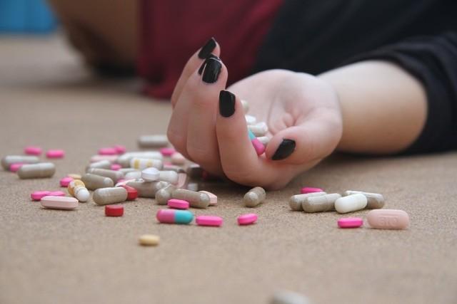 Choć mało kto wie, lista leków, po których nie wolno prowadzić samochodu, jest bardzo długa. Są na niej również bardzo popularne i dostępne bez recepty lekarstwa przeciwbólowe lub takie, które bierzemy na przeziębienia. Sprawdźcie, których leków nie wolno zażywać przed podróżą samochodem.