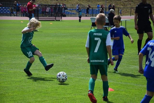 9-latkowie z AP Szczecinek (zielone stroje) w meczu z Pionierem 95 Borne Sulinowo