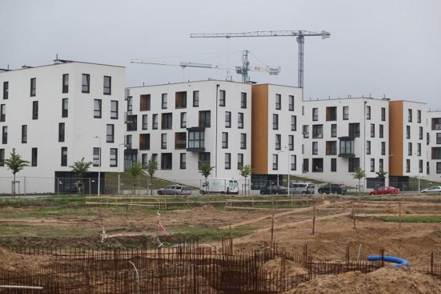 Przedstawiamy ceny za metr kwadratowy mieszkania na rynku wtórnym i pierwotnym we Wrocławiu.  Co ciekawe nie wszędzie nowy lokal będzie droższy od tego z rynku wtórnego.    Zobaczcie, gdzie kupimy najdroższe, a gdzie najtańsze mieszkania we Wrocławiu, posługując się klawiszami strzałek na klawiaturze, myszką lub gestami.