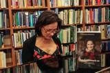 """""""Zapach czerwonych róż"""" - promocja książki Grażyny Ochenkowskiej w słupskiej bibliotece"""