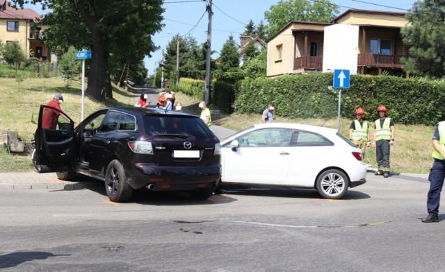 W wyniku wypadku ucierpiał jadący seatem 23-latek.