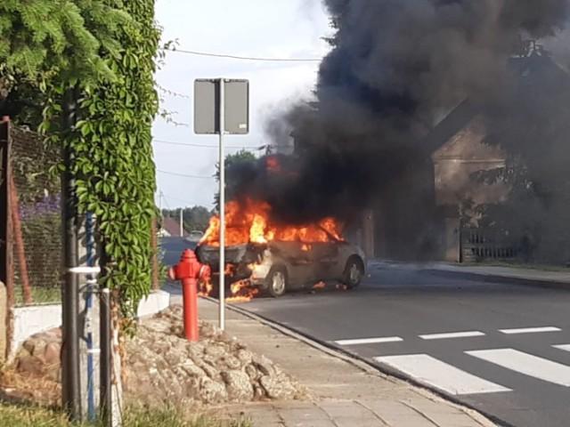 Pożar samochodu w Dąbrowie. Pasażerowie w porę opuścili pojazd
