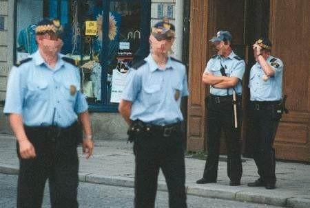 Jeden ze wspólnych patroli policji i straży miejskiej. Ci drudzy wkrótce całkiem stracą zaufanie mieszkańców.  WOJCIECH TRZCIONKA