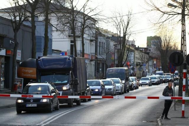 Zamknięty przejazd kolejowy na ul. Słowackiego - zdaniem wielu kierowców - zbyt długo przed i po przejechaniu pociągu