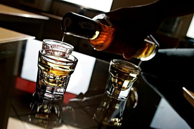 Nie zostawiaj szklanki bez opieki, nawet gdy odchodzisz tylko na chwilę. Jeśli po powrocie stwierdzisz, że Twój napój wygląda lub smakuje inaczej albo stoi w innym miejscu - nie ryzykuj !!!