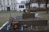Po sylwestrze pozostały szczątki petard i wyrzutni rac, a także puste butelki. Mimo braku zabaw i zgromadzeń na ulicach pełno jest śmieci
