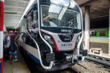 Pokazano nowe pociągi WKD. Kosztowały 98 mln zł, połowę dołożyli Szwajcarzy [ZDJĘCIA]