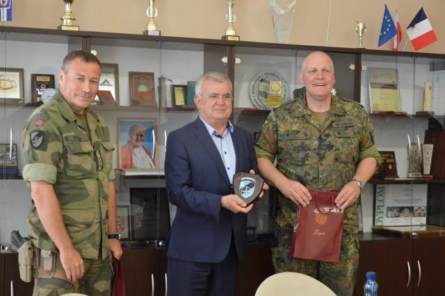 - Ci, którzy chcieliby zobaczyć wojskowe Schengen, powinni przyjechać do Żagania- podkreślał puentując spotkanie z burmistrzem Żagania Andrzejem Katarzyńcem gen. Urllich Spannuth .