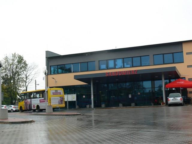 Dworzec PKS w Sandomierzu działa tylko do końca października. Czy turystyczne miasto zostanie bez dworca?