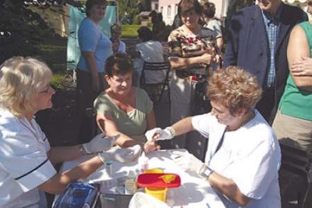 Jolanta Barańska (z prawej) pobiera krew Gabrieli Małek, żeby zmierzyć jej poziom cukru. Olgierd Górny